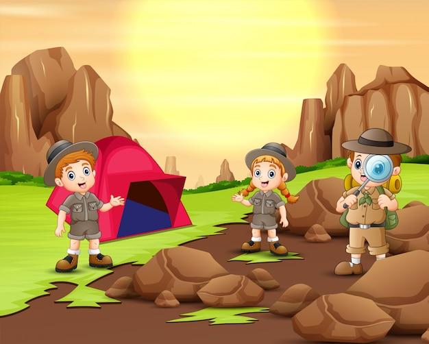 De ontdekkingsreizigers kamperen in de natuur