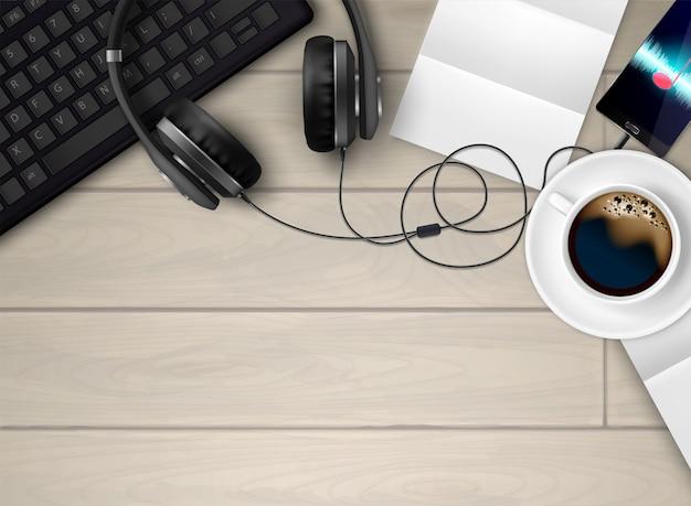 De oortelefoons realistische conceptuele samenstelling van hoofdtelefoons met hoogste mening van werkruimte met koffietoetsenbord en muziekspelerillustratie