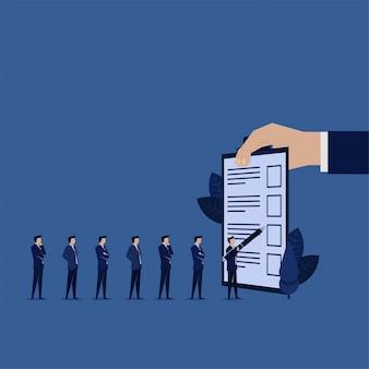De opstelling van de zakenman om de vragenlijst van het vormonderzoek te vullen.
