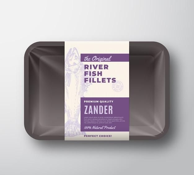 De originele visfilets abstract verpakkingsontwerp label op plastic bakje met cellofaan deksel. moderne typografie en handgetekende snoekbaars snoekbaars silhouet achtergrond lay-out.