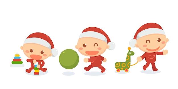 De pasgeboren baby in kerstmankostuum speelt speelgoed.