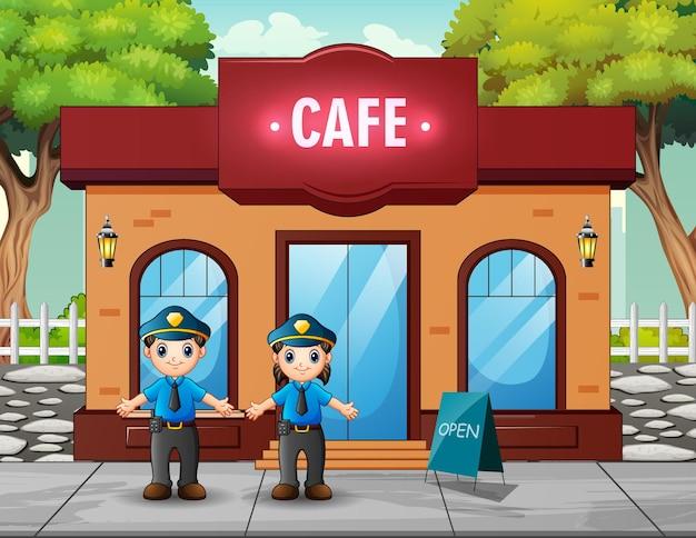 De politieagent die voor het café staat
