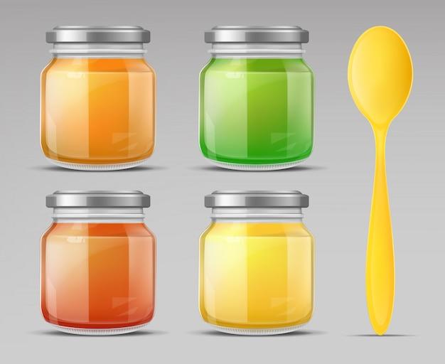 De pot van het babyvoedsel met de gesloten fles van het lepelglas puree