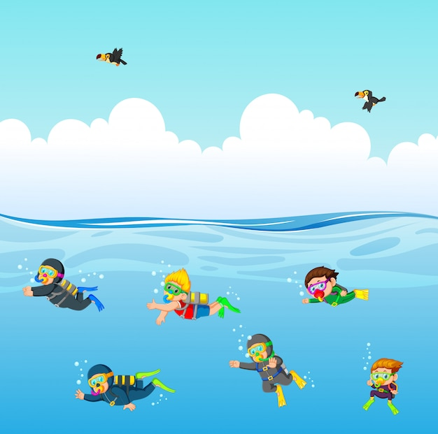 De professionele duiker duikt onder de blauwe oceaan