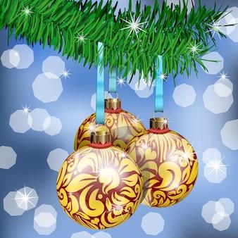 De realistische kerstballen op dennentakken