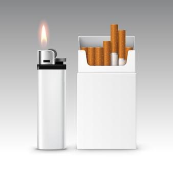 De reeks lege witte plastic metaalaansteker met vlam met pak sigaretten sluit omhoog geïsoleerd op witte achtergrond