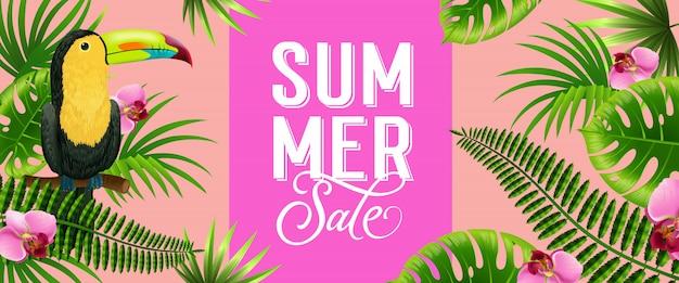 De roze banner van de de zomerverkoop met palmbladen, tropische bloemen en toekanvogel.