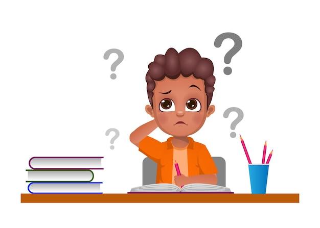 De schattige jongen twijfelde tijdens het studeren