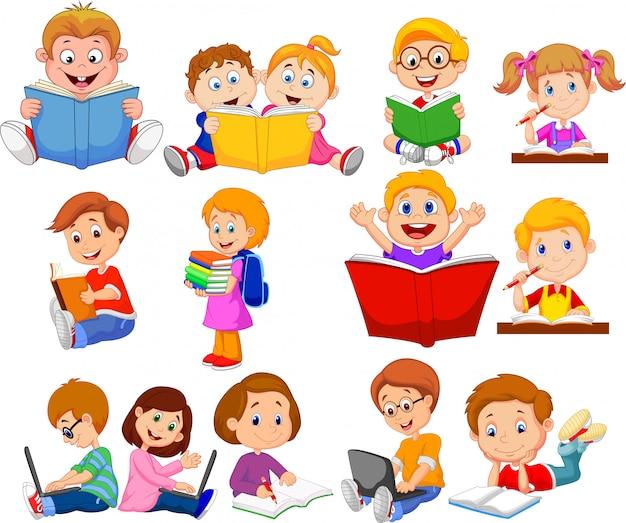 De schoolkinderen die van het beeldverhaal boek en werkende de inzamelingsreeks van de computer lezen