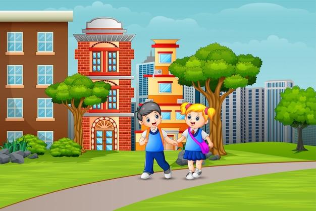 De schoolkinderen die van het beeldverhaalpaar op de weg lopen