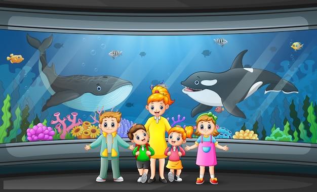 De schoolreis naar de illustratie van het aquariumpark