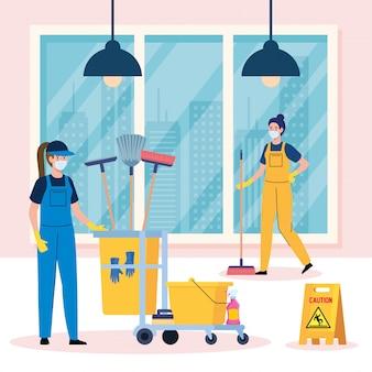 De schoonmakende dienst, vrouwenarbeiders van de schoonmakende dienst die medisch masker in het ontwerp van de huisillustratie dragen