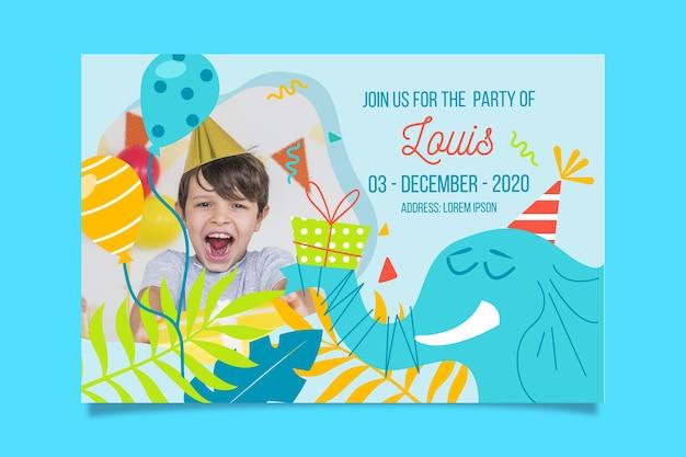 De sjabloon van de de verjaardagsuitnodiging van de jongen met foto