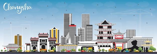 De skyline van de stad changsha china met grijs gebouwen en blauwe hemel.