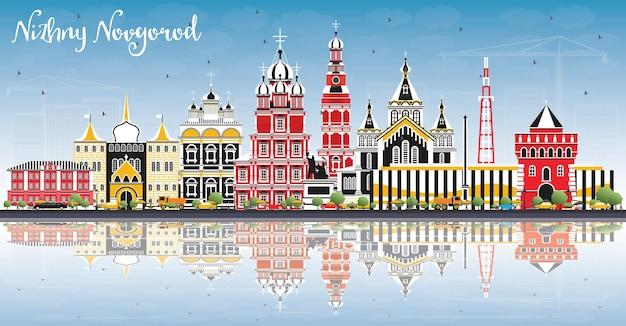 De skyline van de stad nizjni novgorod rusland met kleur gebouwen blauwe hemel en reflecties