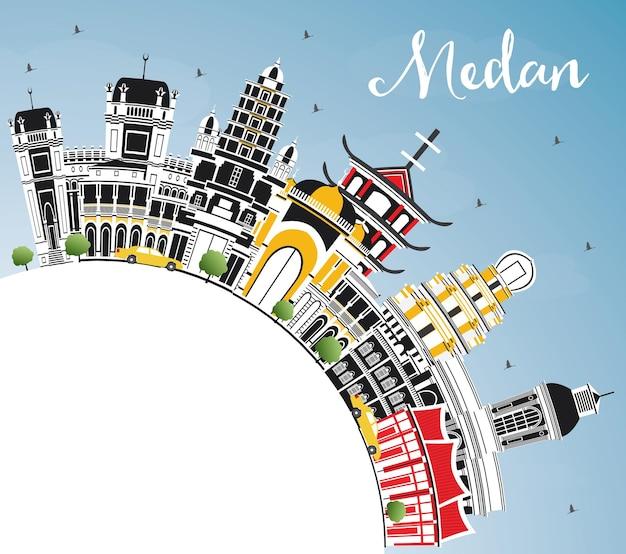 De skyline van de stad van medan indonesië met kleur gebouwen, blauwe lucht en kopie ruimte. vectorillustratie. zakelijk reizen en toerisme concept met historische architectuur. medan stadsgezicht met monumenten.
