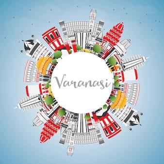 De skyline van de stad van varanasi india met kleur gebouwen, blauwe lucht en kopie ruimte. vectorillustratie. zakelijk reizen en toerisme concept met historische architectuur. varanasi stadsgezicht met monumenten.