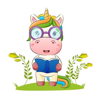 De slimme eenhoorn gebruikt een bril en houdt een boekillustratie vast