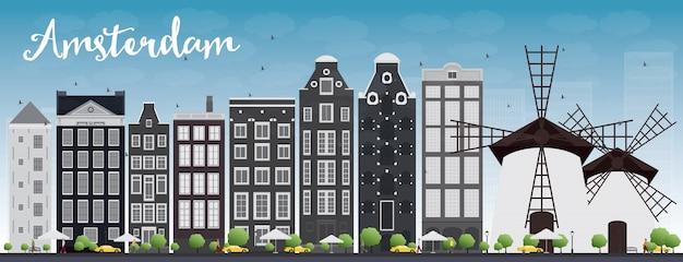 De stadshorizon van amsterdam met grijze gebouwen en blauwe hemel