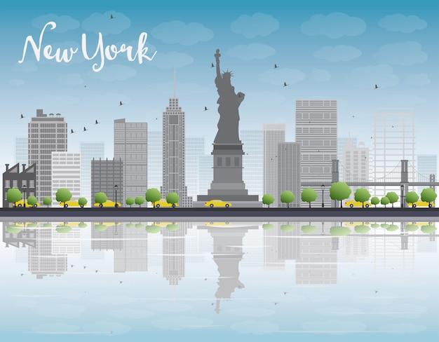 De stadshorizon van new york met de grijze bouw en blauwe hemel