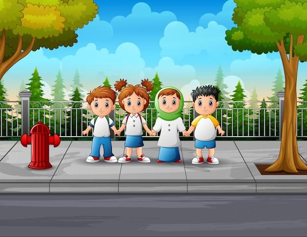 De student bij de illustratie langs de weg