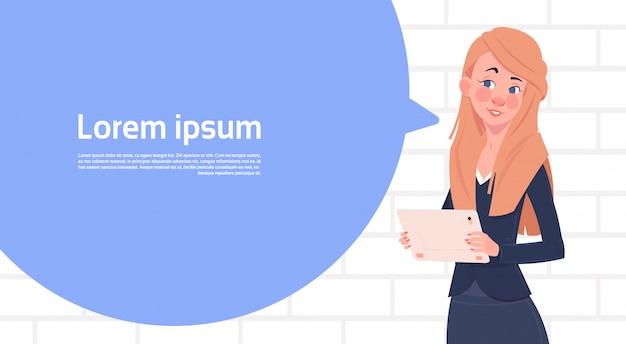 De tablet van de onderneemsterholding houdt grote praatjebel met de ruimte van het tekstexemplaar