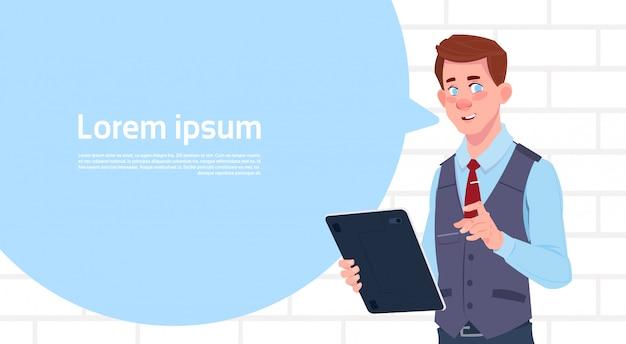 De tablet van de zakenmanholding spreekt grote praatjebel met de ruimte van het tekstexemplaar