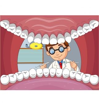 De tand van de beeldverhaaltandarts controleert tand in open mond van patiënt