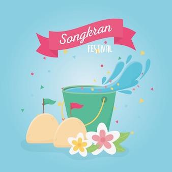 De thaise traditionele emmer van het songkranfestival met de decoratie van waterbloemen