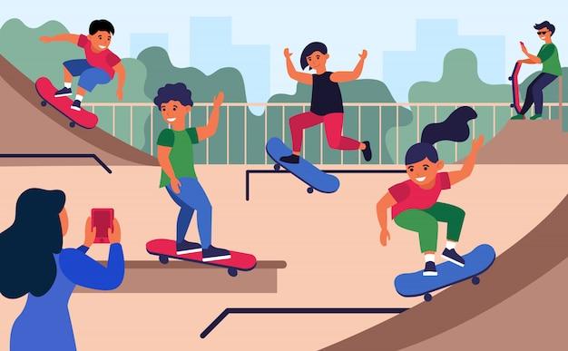 De tieners bij skateboard parkeren vlakke vectorillustratie