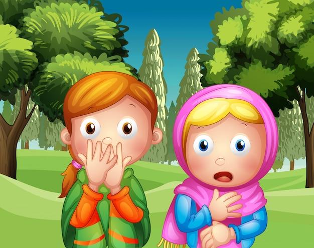 De twee geschrokken meisjes in het park