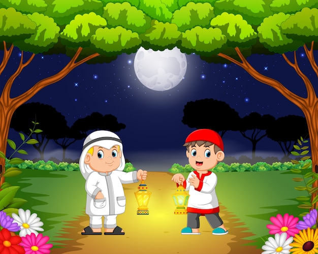 De twee kinderen ontmoeten elkaar in de tuin en houden hun ramadanlantaarn vast