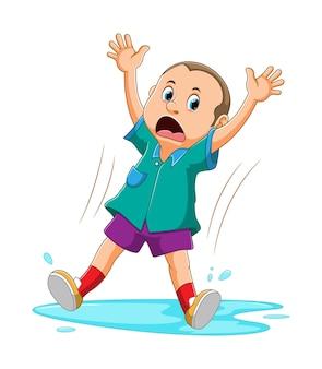 De uitdrukking van de man schokkend vanwege uitglijden op het water