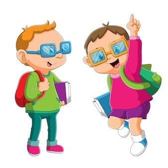 De uitdrukking van de slimme kinderen die met de hand opstaan