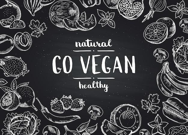 De vector gaat achtergrond van het veganistbord met krabbelhand getrokken vruchten en groenten. illustratie van veganistisch eten schoolbord