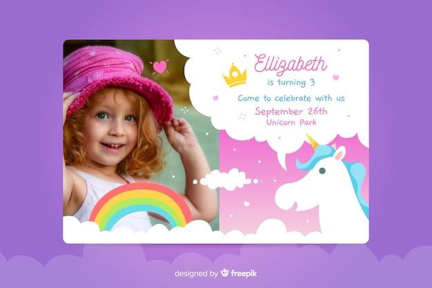 De verjaardagsuitnodiging van kinderen met foto