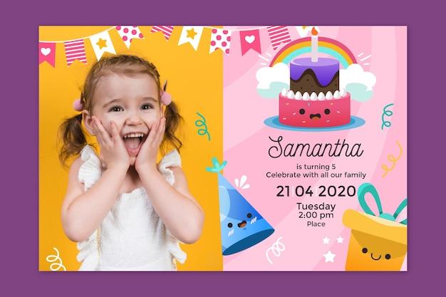 De verjaardagsuitnodiging van kinderen met fotosjabloon