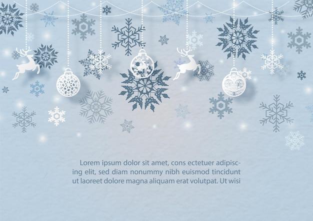 De versierde kerstmisbal en het voorwerpensymbool van kerstmis hangen op het patroon van silhouetsneeuwvlokken