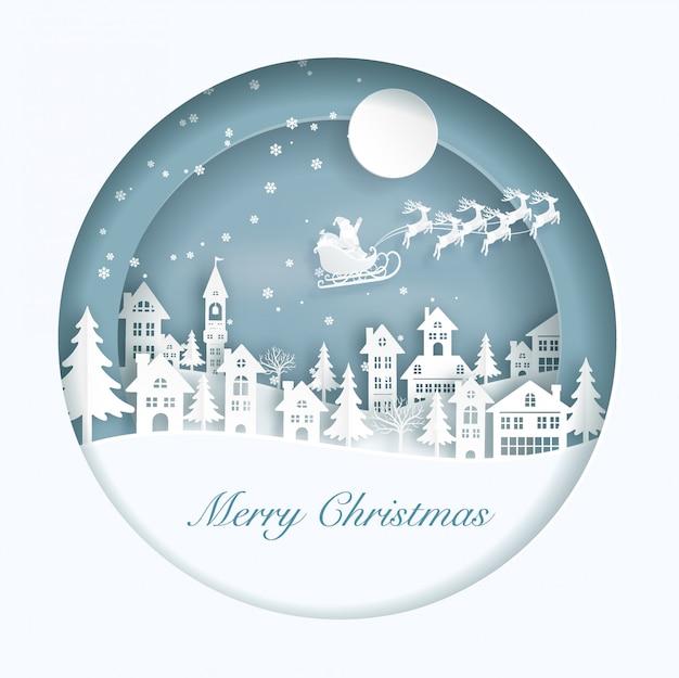 De vlieg van de kerstman op de stad met sneeuw