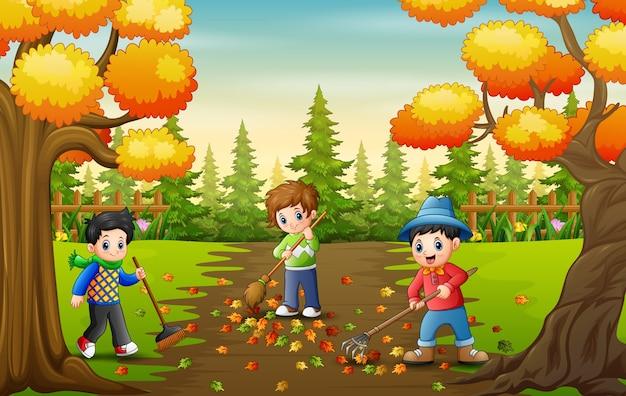 De vrijwilligers ruimen herfstbladeren op in het park