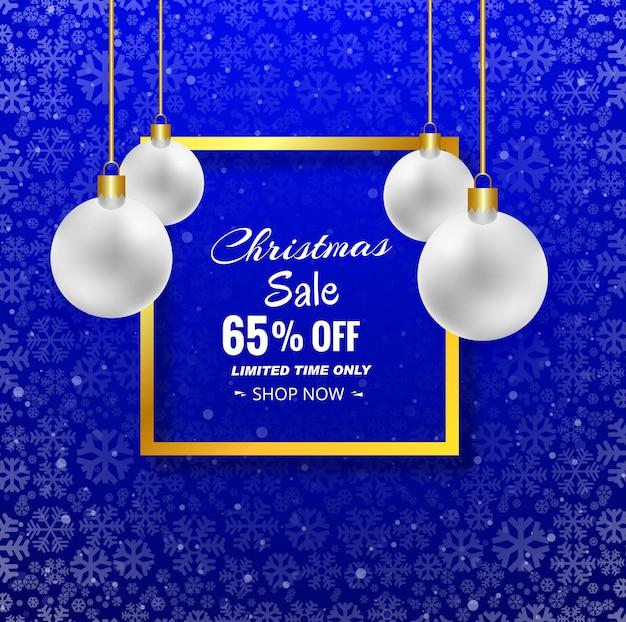 De vrolijke achtergrond van de kerstmisverkoop met kerstmisbal en blauwe achtergrond
