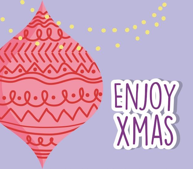 De vrolijke decoratieve rode bal en de slinger van de kerstmisviering