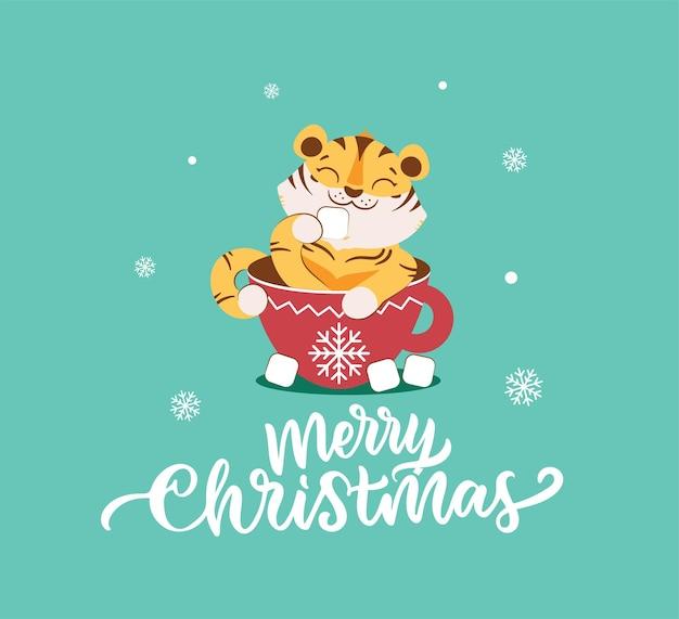 De vrolijke kerstkaart met tijger in de cacao en marshmallow etend het grappige wilde dier