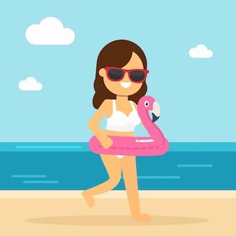 De vrouw gaat in de zomervakantie reizen, gelukkige vrouw die op het strand loopt