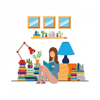 De vrouw met boek dient binnen woonkamer in