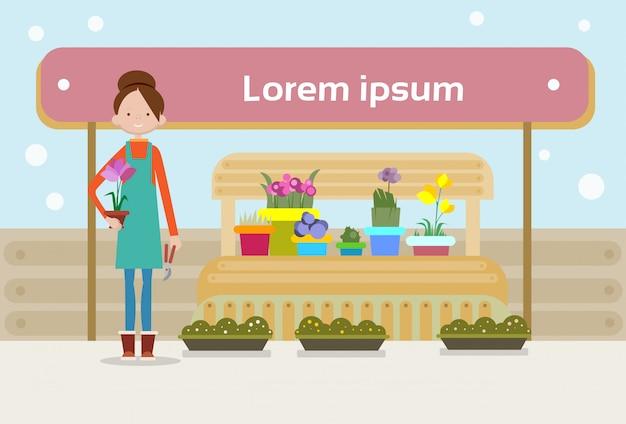 De vrouw verkoopt groente op marktverkoopster
