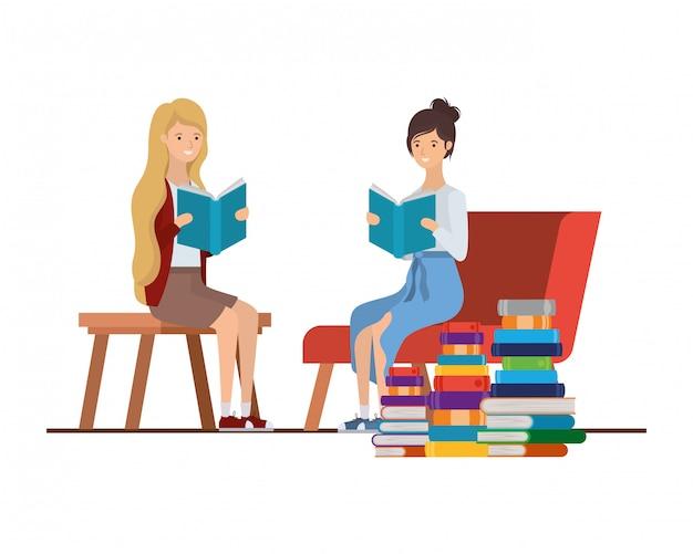 De vrouwen met boek dient binnen woonkamer in