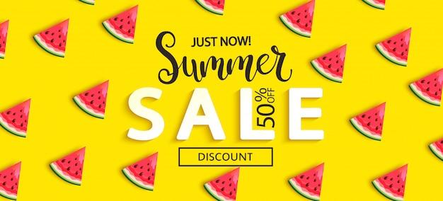De watermeloenbanner van de de zomerverkoop op geel