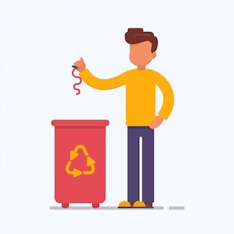 De werknemer houdt zich bezig met het verwerken van compost