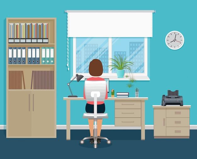 De werknemer van het vrouwenbureau op werkende plaatszitting met haar terug bij de lijst met laptop. zakelijke werknemer karakter